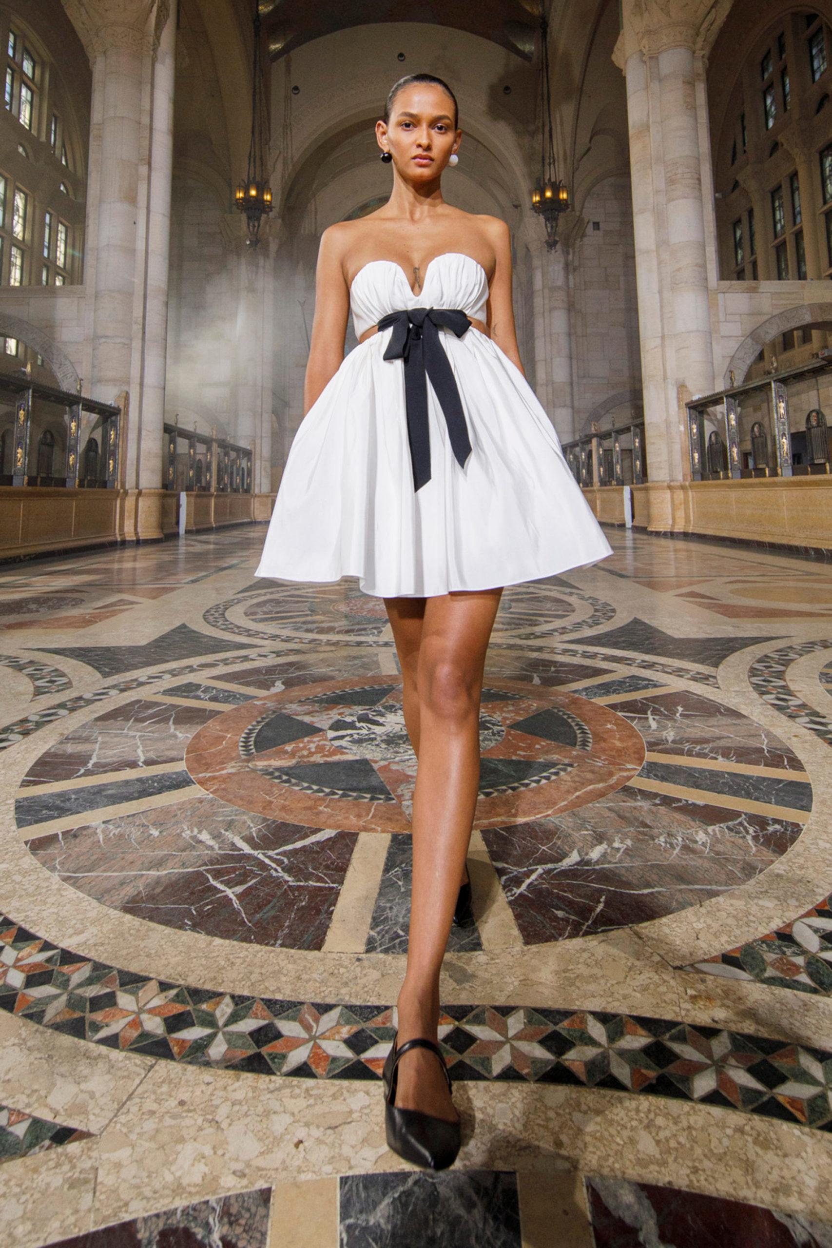 Платье с расклешённой статичной юбкой, платье выпускницы от Carolina Herrera модель 2021 года