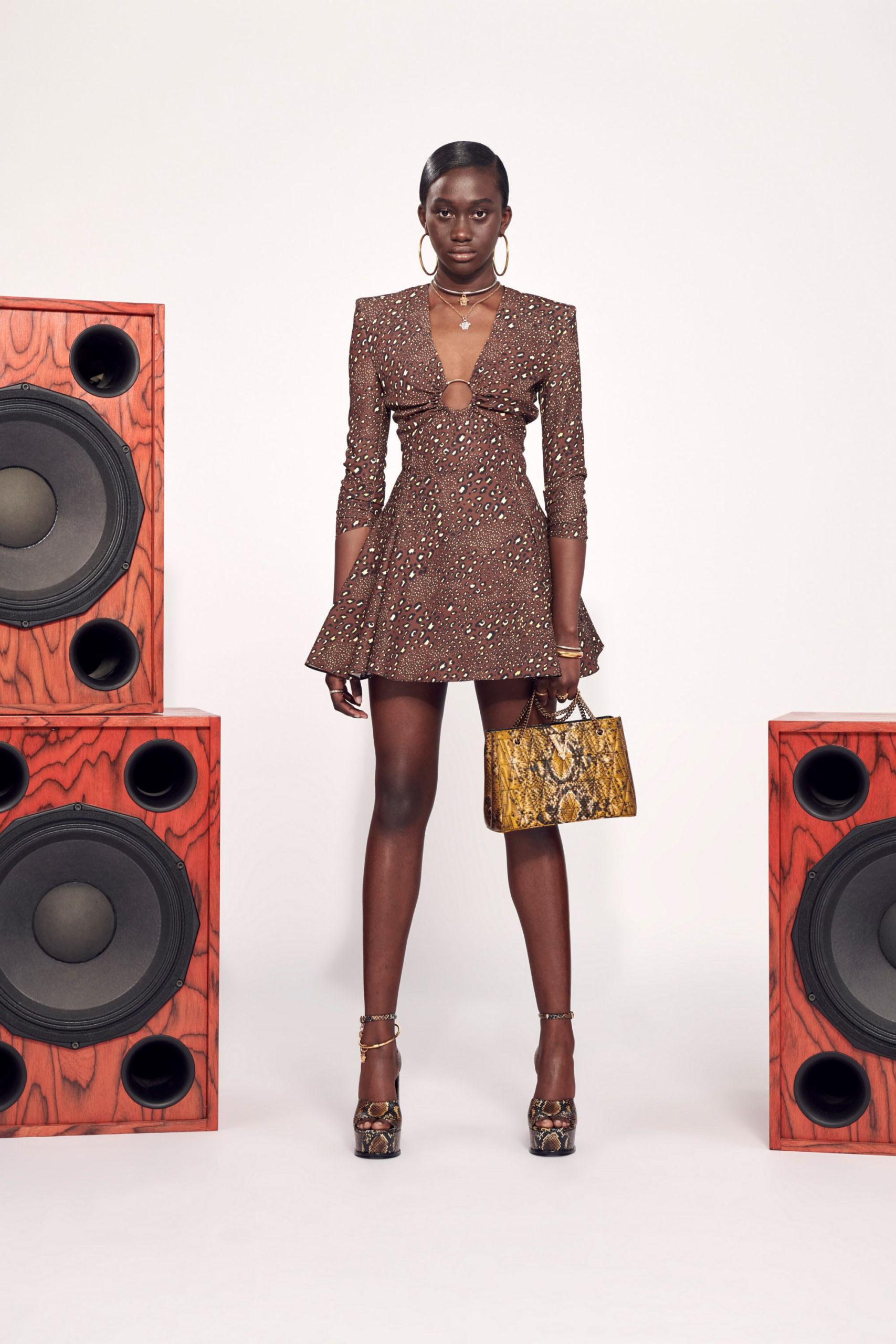 Платье с расклешённой статичной юбкой, платье выпускницы от Versace модель 2021 года