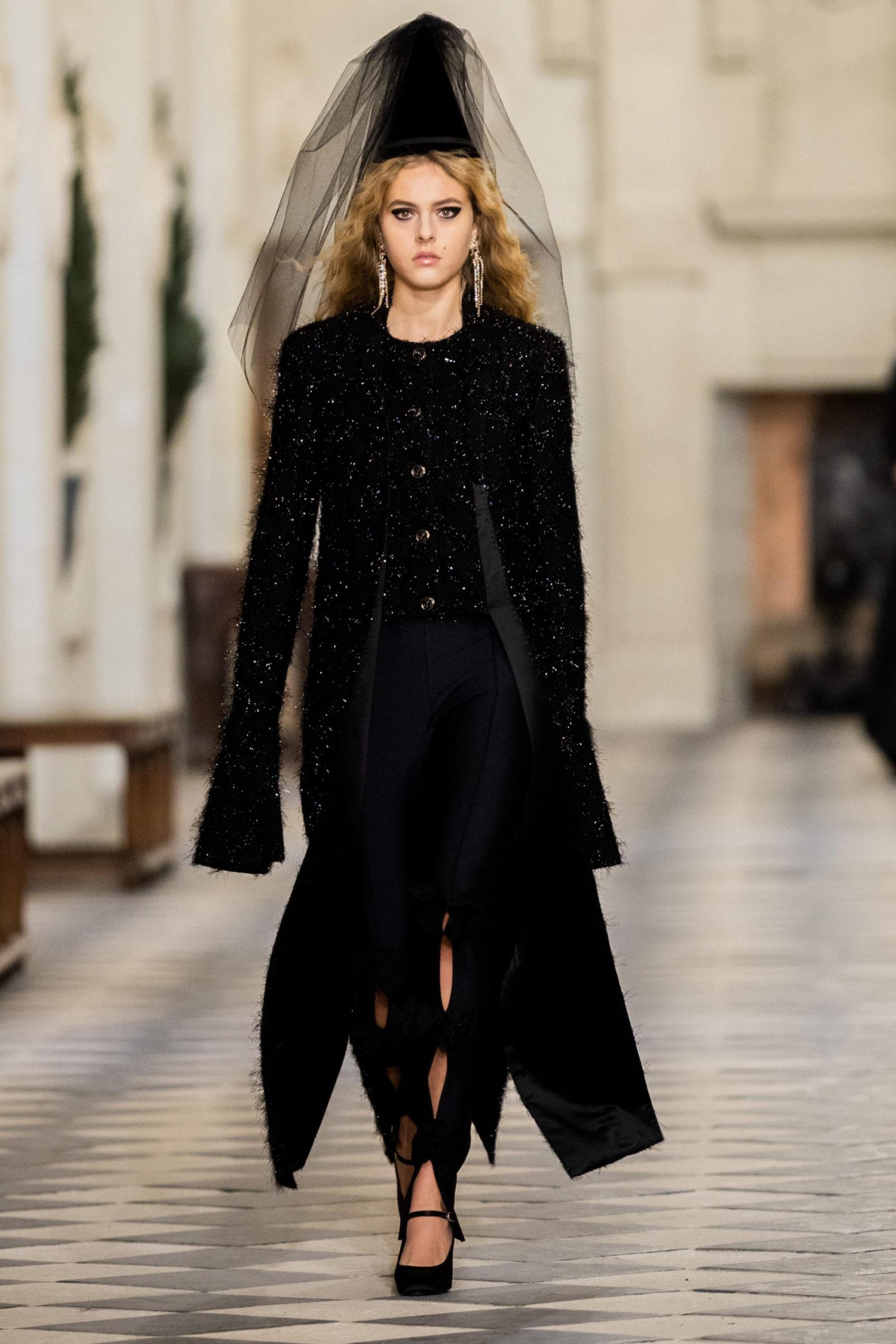 Платье с расклешёнными рукавами от Шанель модель 2022 года