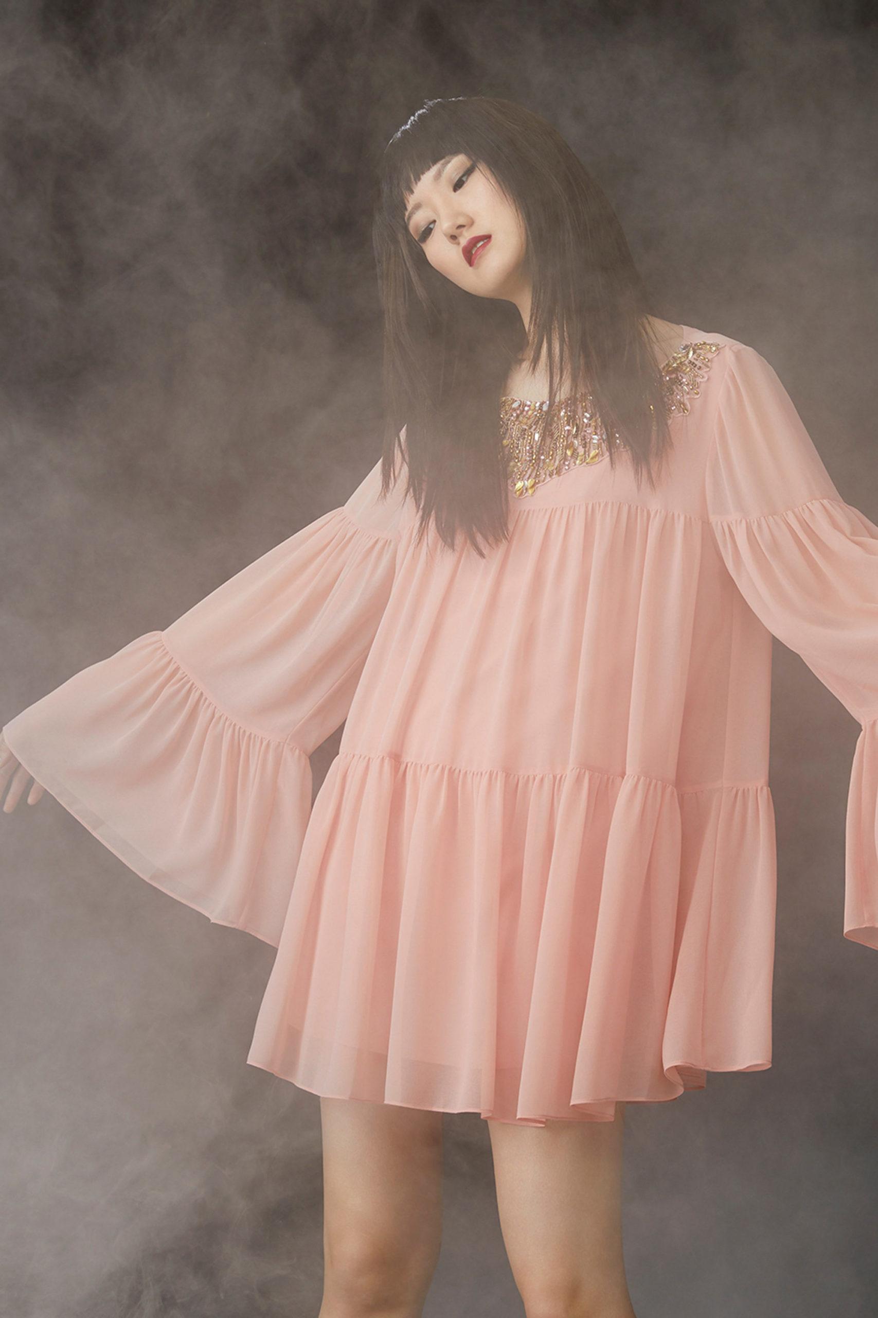 Платье с расклешёнными рукавами от Badgley Mischka модель 2022 года