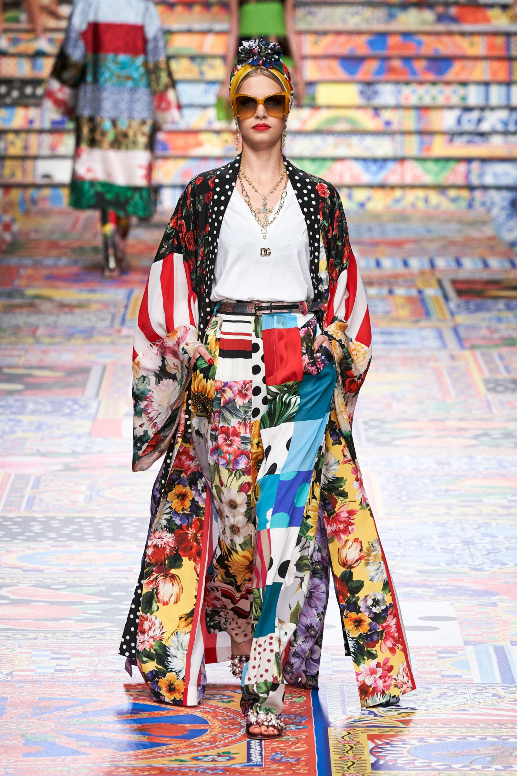 Платье с расклешёнными рукавами от Dolce & Gabbana модель 2021 года