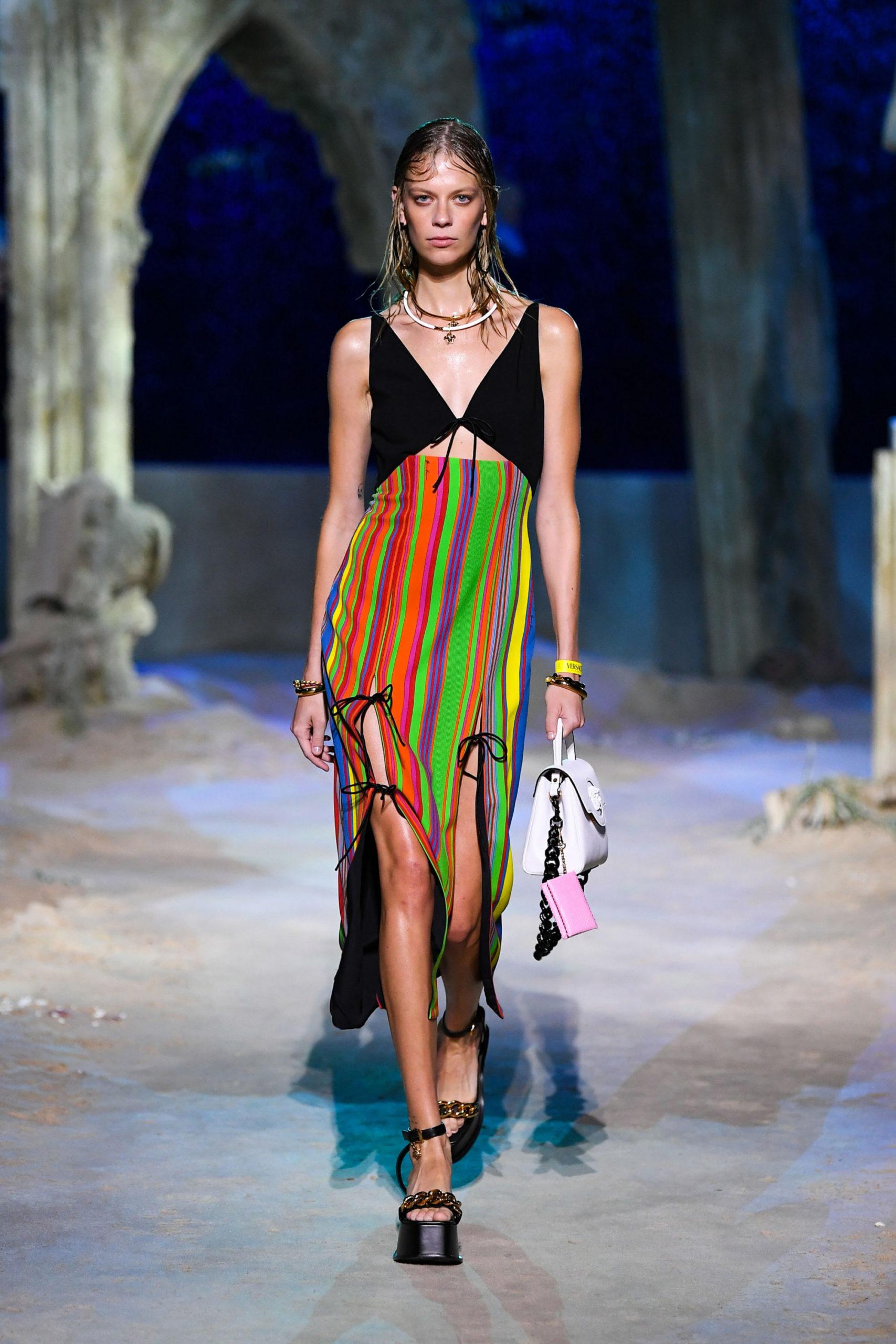 Платье с вырезом от Versace модель 2021 года