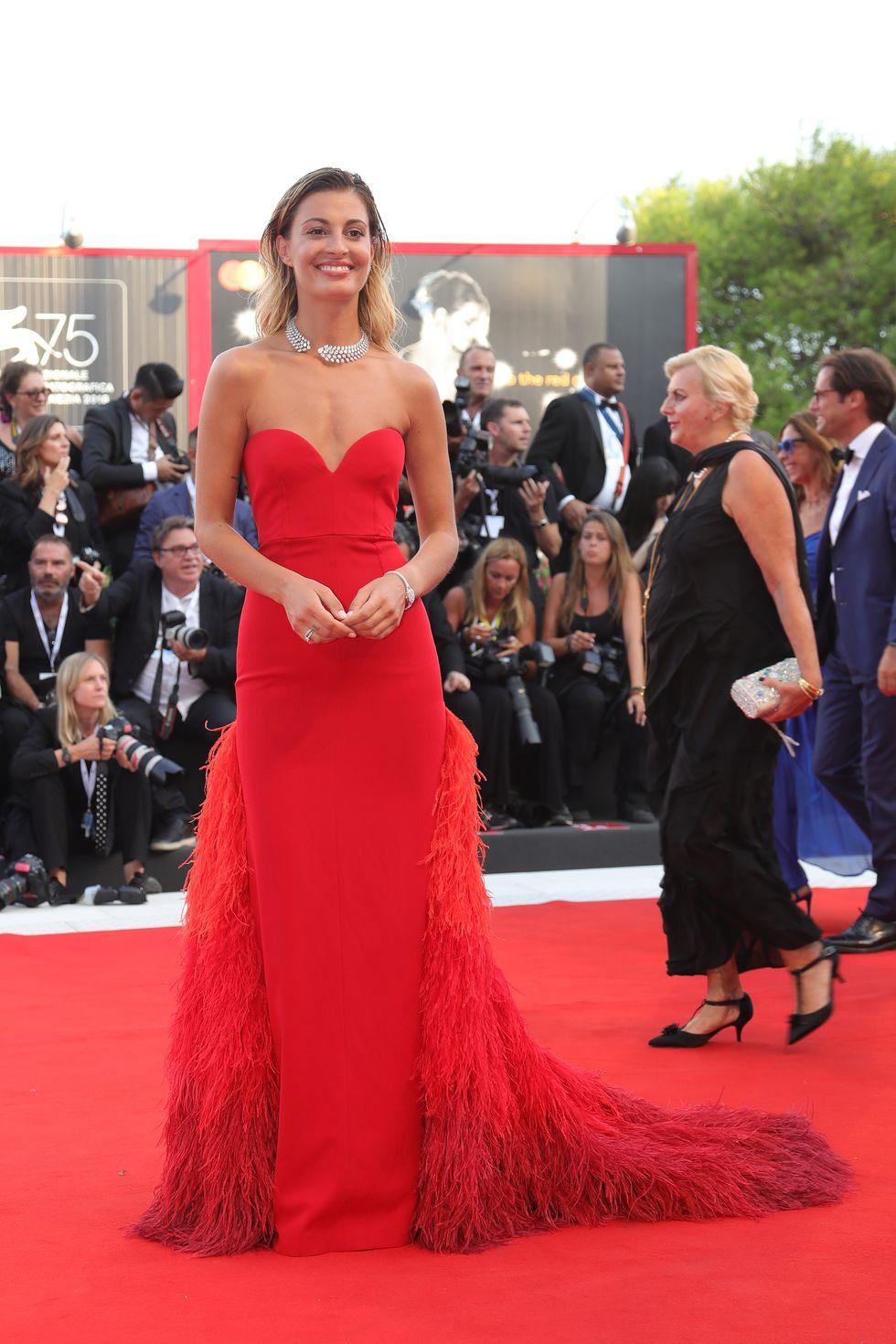 Свева Альвити (Sveva Alviti) в платье с бахромой от Tommy Hilfiger