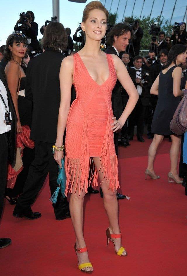 Фредерик Бель (Frédérique Bel) в платье с бахромой от Herve Leger