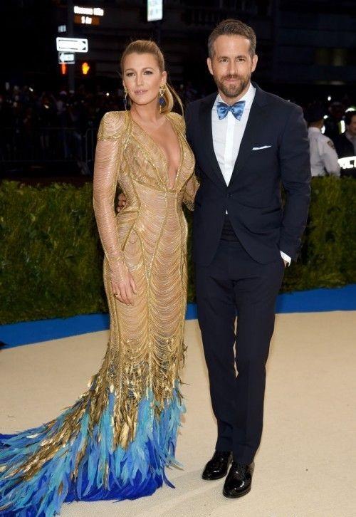 Блейк Лайвли (Blake Lively) в платье с бахромой от Версаче