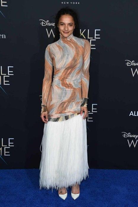 Саша Лейн (Sasha Lane) в платье с бахромой от Celine