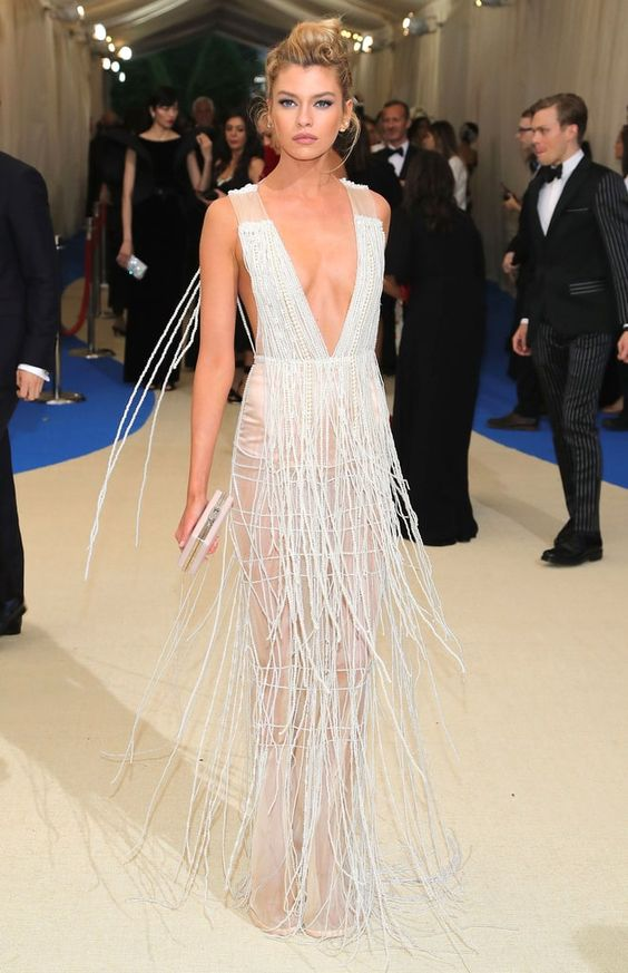 Стелла Максвелл (Stella Maxwell) в платье с бахромой