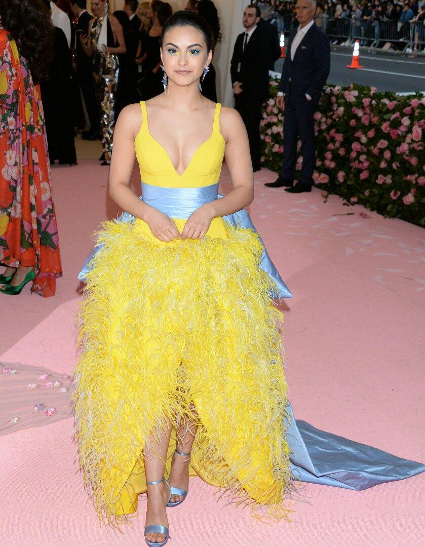 Камила Мендес (Camila Mendes) в платье с бахромой