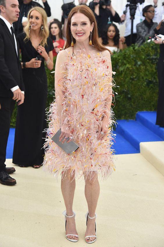 Джулианна Мур (Julianne Moore) в платье с бахромой от Rei Kawakubo