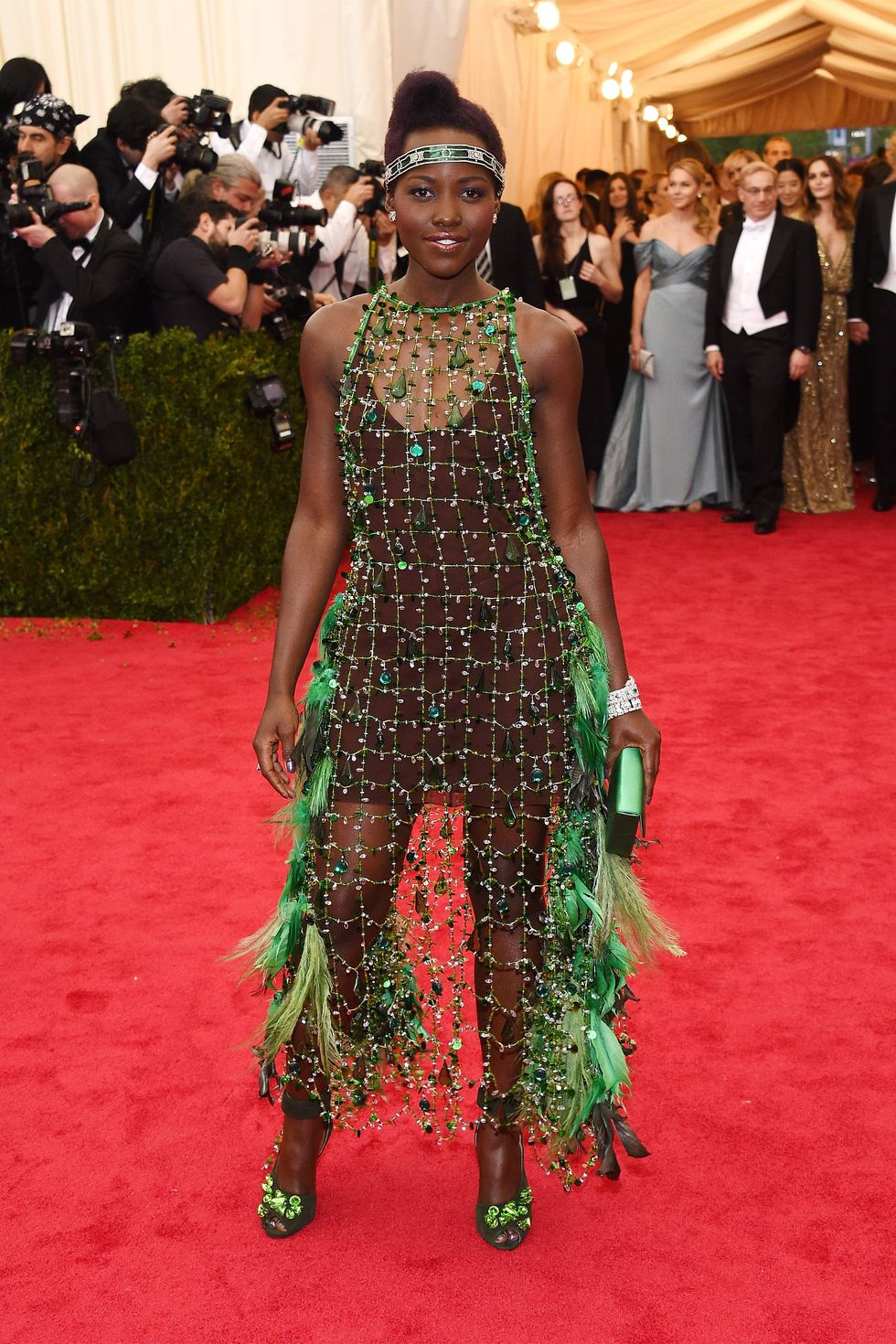 Лупита Нионго (Lupita Nyong'o) в платье с бахромой от Prada