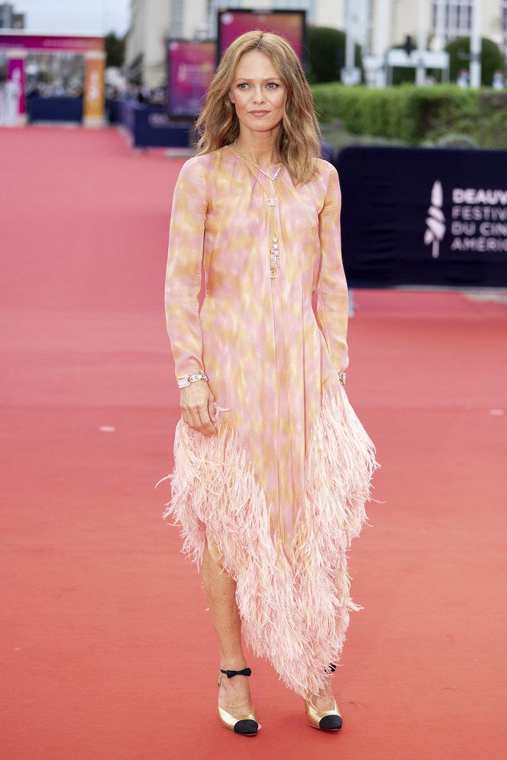 Ванесса Паради (Vanessa Paradis) в платье с бахромой от Шанель 2020 года