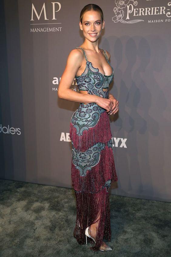 Ханна Фергюсон (Hannah Ferguson) в платье с бахромой