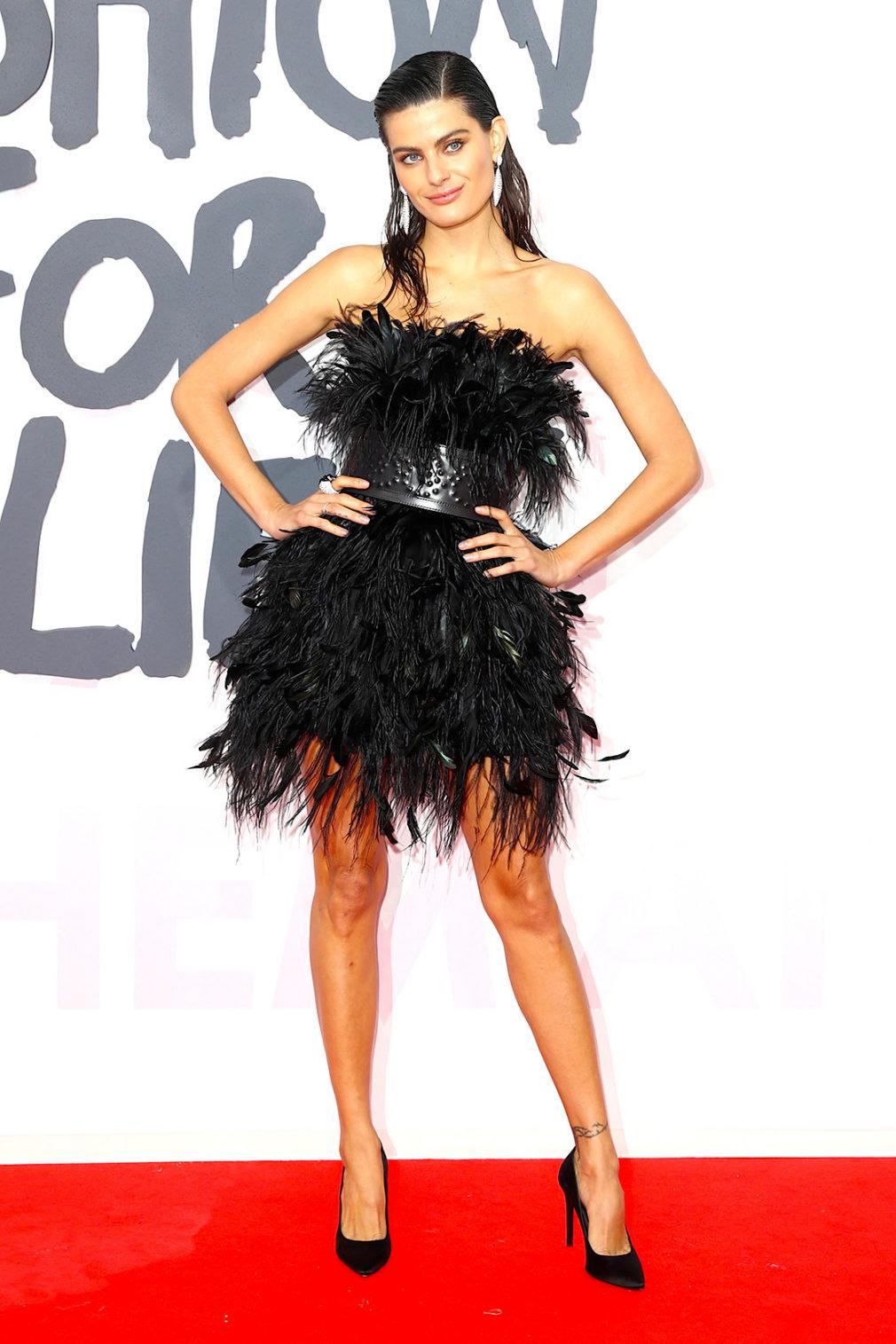 Изабели Фонтана (Isabeli Fontana) в платье с бахромой