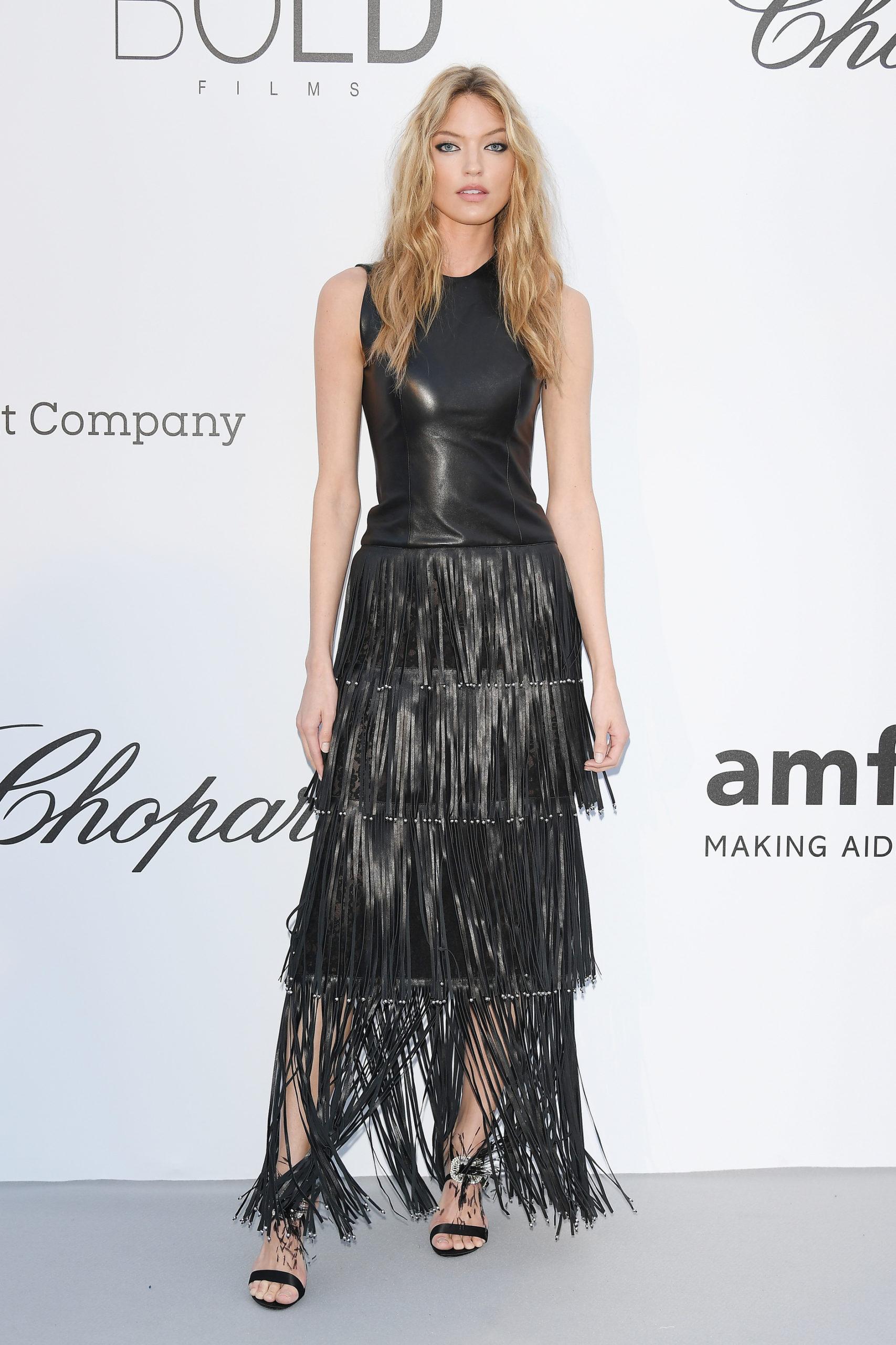 Марта Хант (Martha Hunt) в платье с бахромой