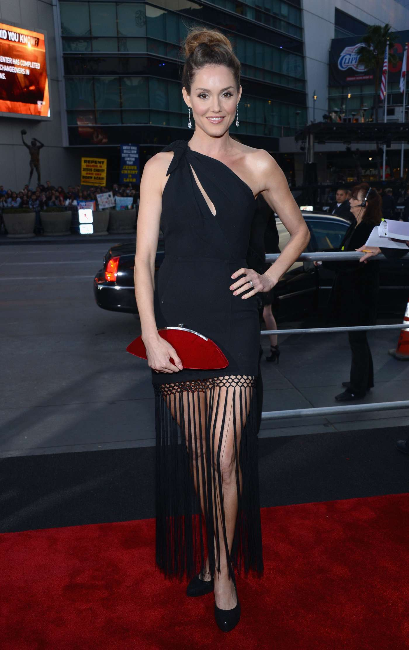 Эринн Хэйс (Erinn Hayes) в платье с бахромой