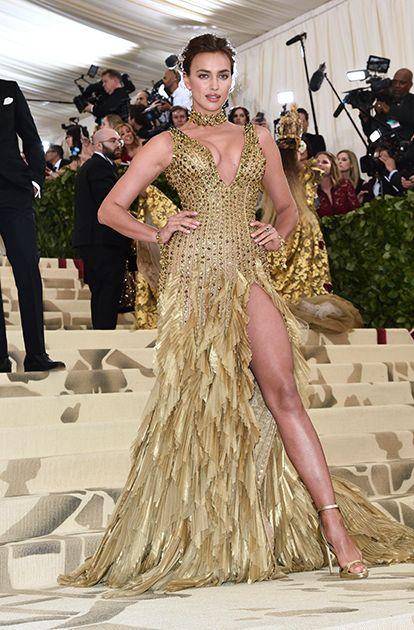 Ирина Шейк (Irina Shayk) в платье с бахромой от Versace