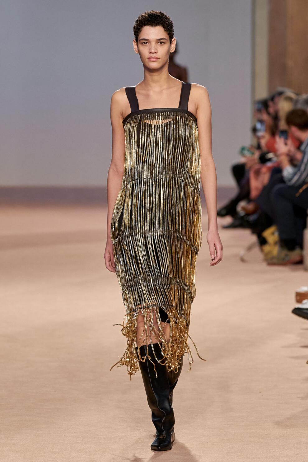 Чёрное платье-футляр с блестящей бахромой из золотистых кристаллов от Salvatore_Ferragamo