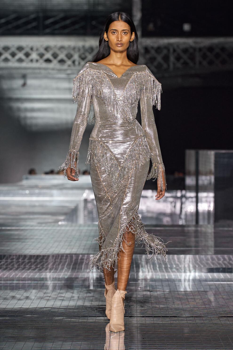 Сверкающее серебристое платье от Burberry