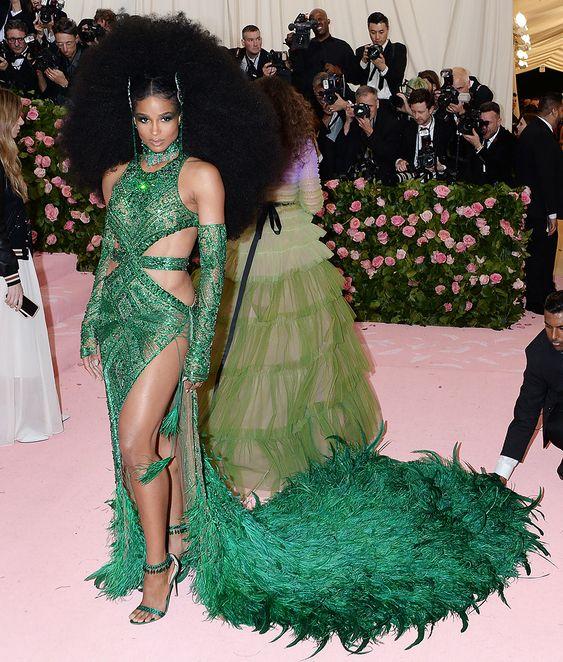 Сиара (Ciara) в платье с бахромой от DUNDAS