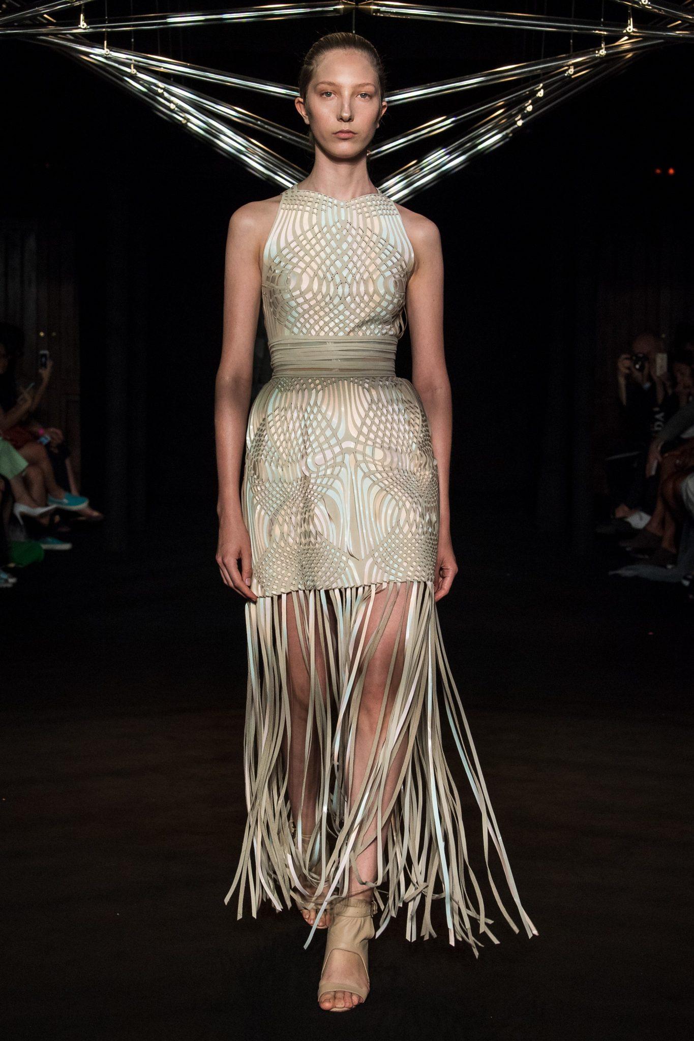 Платье с бахромой от Herpen 2018